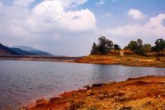2 Περιγραφή: Η λίμνη Umiam που είναι μια προκαλούμενη από τον άνθρωπο λίμνη είναι τοποθετημένο ι Στοκ φωτογραφία με δικαίωμα ελεύθερης χρήσης