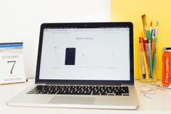 Περιεκτικότητα σε κιβώτια επίδειξης ιστοχώρου υπολογιστών της Apple του iPhone 7 Στοκ Φωτογραφία