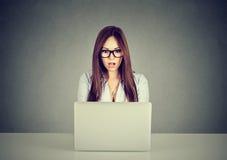 Περιεχόμενο μέσων προσοχής γυναικών σε μια σε απευθείας σύνδεση συνεδρίαση lap-top στον πίνακα Στοκ φωτογραφία με δικαίωμα ελεύθερης χρήσης