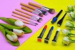 Περιεχόμενο της καλλυντικής τσάντας Κραγιόν, σκιές ματιών, βούρτσες για το makeup στη τοπ άποψη copyspace στοκ φωτογραφία με δικαίωμα ελεύθερης χρήσης