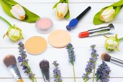 Περιεχόμενο της καλλυντικής τσάντας Κραγιόν, σκιές ματιών, βούρτσες για το makeup στη τοπ άποψη copyspace στοκ εικόνες