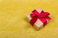 Περικάλυμμα δώρων κόκκινο δώρων κιβωτίων τόξω&n διάστημα αντιγράφων Στοκ εικόνα με δικαίωμα ελεύθερης χρήσης