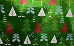 Περικάλυμμα δώρων Χριστουγέννων με ένα μοτίβο δέντρων Στοκ Εικόνες