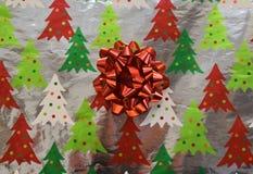 Περικάλυμμα δώρων Χριστουγέννων με ένα τόξο Στοκ φωτογραφία με δικαίωμα ελεύθερης χρήσης