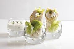 Περικαλύμματα κοτόπουλου στα γυαλιά και εμβύθιση γιαουρτιού στο γυαλί Στοκ εικόνες με δικαίωμα ελεύθερης χρήσης