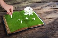 Περικοπή εγγράφου του παιχνιδιού παιδιών στην πράσινη χλόη χλόης Στοκ φωτογραφία με δικαίωμα ελεύθερης χρήσης