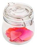Περικοπή πολλών καρδιών από το έγγραφο στο κλειστό βάζο γυαλιού Στοκ Εικόνα