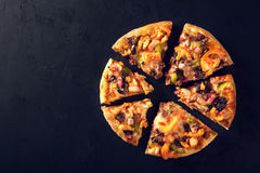 Περικοπή στην εύγευστη φρέσκια πίτσα φετών με τα μανιτάρια και pepperoni σε ένα σκοτεινό υπόβαθρο Τοπ όψη Πίτσα στο Μαύρο Στοκ φωτογραφία με δικαίωμα ελεύθερης χρήσης