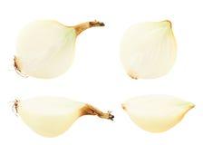 Περικοπή στο κρεμμύδι μισών που απομονώνεται Στοκ Εικόνες