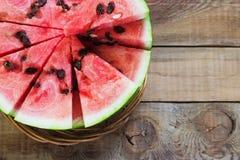 Περικοπή στο μισό καρπούζι στον παλαιό ξύλινο πίνακα Κόκκινη ώριμη φρούτων ξύλινη εικόνα άποψης υποβάθρου τοπ Στοκ Εικόνες