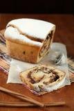 Περικοπή του κέικ ρόλων φουντουκιών σοκολάτας στοκ φωτογραφίες με δικαίωμα ελεύθερης χρήσης