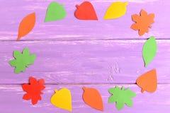 Περικοπή φύλλων πτώσης από το χρωματισμένο έγγραφο Υπόβαθρο πτώσης για τα παιδιά, preschoolers Τοπ όψη Στοκ φωτογραφία με δικαίωμα ελεύθερης χρήσης