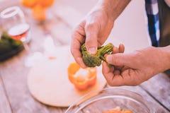 Περιληφθε'ν μαγείρεμα ατόμων στο σπίτι με μια ευχαρίστηση στοκ φωτογραφίες