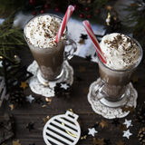 Περιμένετε το κακάο κατανάλωσης Χριστουγέννων με την κτυπημένη κρέμα Στοκ Εικόνες
