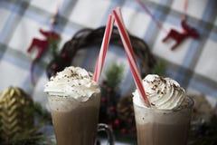 Περιμένετε το κακάο κατανάλωσης Χριστουγέννων με την κτυπημένη κρέμα Στοκ Εικόνα