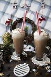 Περιμένετε το κακάο κατανάλωσης Χριστουγέννων με την κτυπημένη κρέμα Στοκ Φωτογραφία