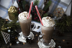 Περιμένετε το κακάο κατανάλωσης Χριστουγέννων με την κτυπημένη κρέμα Στοκ εικόνα με δικαίωμα ελεύθερης χρήσης