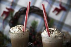 Περιμένετε το κακάο κατανάλωσης Χριστουγέννων με την κτυπημένη κρέμα Στοκ φωτογραφία με δικαίωμα ελεύθερης χρήσης