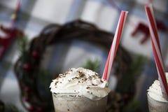 Περιμένετε το κακάο κατανάλωσης Χριστουγέννων με την κτυπημένη κρέμα Στοκ Φωτογραφίες