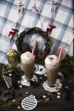 Περιμένετε το κακάο κατανάλωσης Χριστουγέννων με την κτυπημένη κρέμα Στοκ φωτογραφίες με δικαίωμα ελεύθερης χρήσης