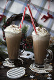 Περιμένετε το κακάο κατανάλωσης Χριστουγέννων με την κτυπημένη κρέμα Στοκ εικόνες με δικαίωμα ελεύθερης χρήσης