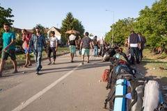 Περιμένοντας γραμμή προσφύγων σε Tovarnik Στοκ Φωτογραφία
