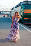 περιμένοντας γυναίκα τραίνων πλατφορμών Στοκ φωτογραφία με δικαίωμα ελεύθερης χρήσης