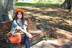 Περιμένοντας κορίτσι στο πάρκο Στοκ Εικόνες