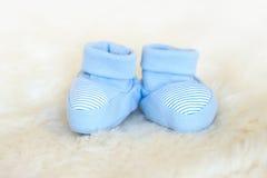 Περιμένοντας μωρό, ντους μωρών Μπλε νεογέννητα παπούτσια στοκ φωτογραφίες με δικαίωμα ελεύθερης χρήσης