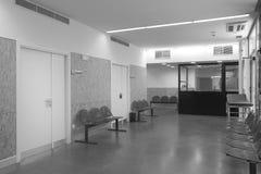 Περιμένοντας περιοχή νοσοκομείων με τις μεταλλικές καρέκλες. Στοκ Εικόνες