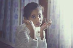 Περιμένοντας σας το πορτρέτο παιδιών κοριτσιών Στοκ εικόνες με δικαίωμα ελεύθερης χρήσης