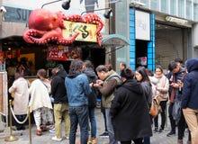 Περιμένοντας στη γραμμή το takoyaki, Dotombori, Οζάκα, Ιαπωνία Στοκ Εικόνες