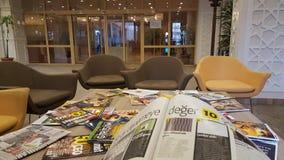 Περιοδικά ανάγνωσης εβδομαδιαία, αναγνώστης περιοδικών στοκ εικόνες