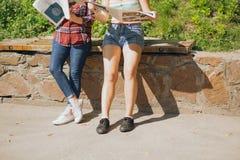 Περιοδικά ανάγνωσης σε ένα πάρκο στοκ φωτογραφία