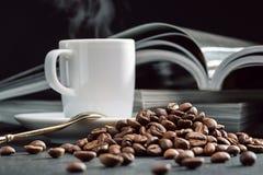 Περιοδικά, φασόλια καφέ και φλυτζάνι του φρέσκου καφέ Στοκ Φωτογραφίες