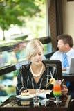 Περιοδικό ανάγνωσης γυναικών στον καφέ Στοκ εικόνες με δικαίωμα ελεύθερης χρήσης