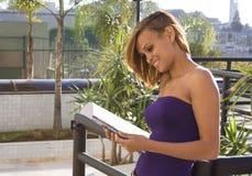 περιοδικό που διαβάζει την προκλητική γυναίκα στοκ εικόνες