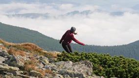 Περιορισμός γυναικών χαμηλά μέσω μιας κοιλάδας πετρών στο βουνό απόθεμα βίντεο