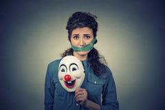 Περιορισμός διατροφής και έννοια πίεσης Λυπημένη γυναίκα πορτρέτου με τη μάσκα και τη μέτρηση κλόουν της ταινίας γύρω από το στόμ Στοκ Φωτογραφίες