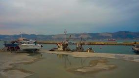 Περιοχές λιμενικών υπηρεσιών, δεμένες βάρκες στην ακτή Μαύρης Θάλασσας απόθεμα βίντεο