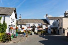 Περιοχή Αγγλία UK του χωριού λιμνών Hawkshead σε ένα όμορφο ηλιόλουστο χωριό τουριστών θερινής ημέρας δημοφιλές Στοκ Φωτογραφία