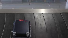 Περιοχή αξίωσης αποσκευών στο διεθνή αερολιμένα Βαλίτσες που κινούνται στη ζώνη μεταφορέων απόθεμα βίντεο