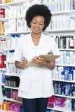 Περιοχή αποκομμάτων εκμετάλλευσης φαρμακοποιών ενάντια στα ράφια στοκ φωτογραφία με δικαίωμα ελεύθερης χρήσης