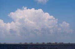 Περιοχή γεφυρών θάλασσας κάτω από το μπλε ουρανό σύννεφων στοκ εικόνες με δικαίωμα ελεύθερης χρήσης