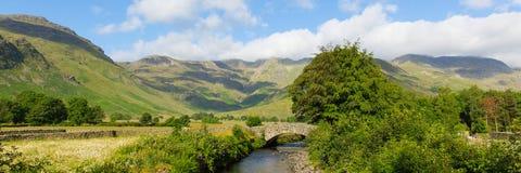 Περιοχή λιμνών κοιλάδων Langdale ποταμών του Beck Mickleden από το παλαιό μπουντρούμι Ghyll οι λίμνες Cumbria Αγγλία Ηνωμένο Βασί Στοκ φωτογραφία με δικαίωμα ελεύθερης χρήσης