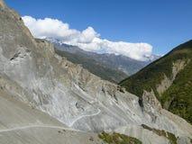 Περιοχή καθιζήσεων εδάφους, διαβρωμένοι βράχοι - τρόπος στο στρατόπεδο βάσεων Tilicho, Νεπάλ Στοκ εικόνες με δικαίωμα ελεύθερης χρήσης