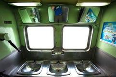 Περιοχή και νεροχύτες πλύσης επί ενός ταϊλανδικού intercity τραίνου στοκ εικόνα με δικαίωμα ελεύθερης χρήσης