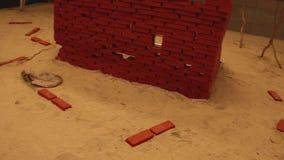 Περιοχή κατασκευής με το τουβλότοιχο και τη ζωγραφική απόθεμα βίντεο