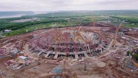 Περιοχή κατασκευής του τεράστιου αθλητικού σταδίου στα περίχωρα της πόλης στη θερινή ημέρα, εναέρια άποψη απόθεμα βίντεο