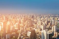 Περιοχή κατοικιών πόλεων της Μπανγκόκ με το σαφές μπλε υπόβαθρο οριζόντων Στοκ φωτογραφία με δικαίωμα ελεύθερης χρήσης